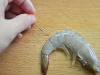 茄汁开背虾,挑出虾线(开背后的虾肠容易挑出,烧制的时候也容易入味些)