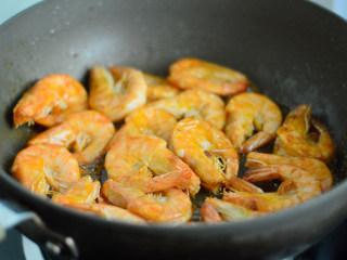 茄汁开背虾,半煎炸的方式,将虾一面煎至焦黄翻转煎另外一面