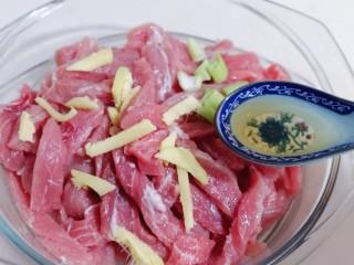 葱香椒盐小酥肉,加入料酒。