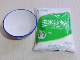 葱香椒盐小酥肉,将玉米淀粉与面粉混合碗中,加入纯净水,水比例约1:1,调成面糊状态即可!