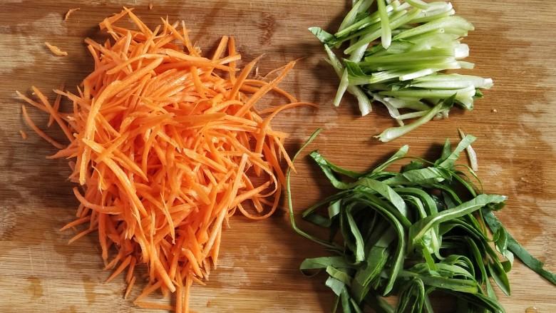 鸡蛋炒粉丝,趁这个时间里把胡萝卜,青菜切丝,青菜的根部和叶子分开