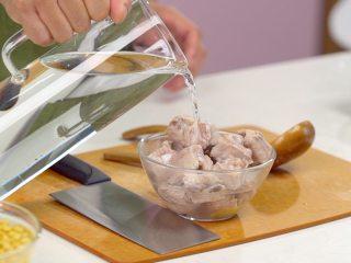 黄豆莲藕排骨汤,捞出排骨,用清水洗净