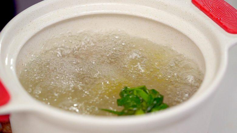 黄豆莲藕排骨汤,将排骨放入炖锅中,倒入足量清水,加入葱段、姜片、花雕酒,加盖开大火煮沸后 转小火炖煮30分钟