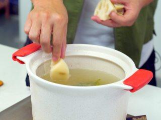 黄豆莲藕排骨汤,加入泡发的黄豆、莲藕块,继续加盖炖煮1小时,关火