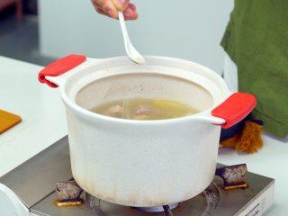 黄豆莲藕排骨汤,撒入盐、胡椒粉,拌匀调味