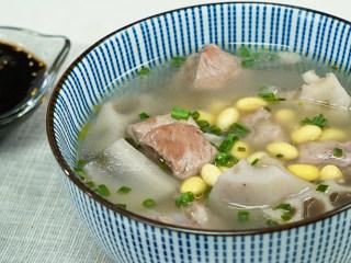 黄豆莲藕排骨汤,盛出装碗,即可享用