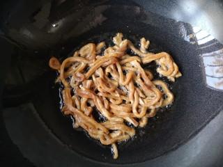 十味 西芹百合炒肉,锅烧至7成热下油(油量多些),中温油将腌制好的肉丝倒入。