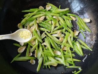 十味 西芹百合炒肉,再加入适量的盐和鸡精,翻炒均匀。
