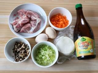 四喜蒸饺,准备好食材,香菇提前浸泡开,和胡萝卜、芹菜分别洗净切小丁,越小越好;