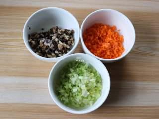 四喜蒸饺,香菇、胡萝卜、芹菜里分别撒少许盐搅拌均匀静置十分钟,待出汁后挤掉汁水;