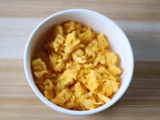 四喜蒸饺,鸡蛋打散后在油锅里炒成蛋米;