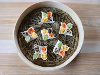 四喜蒸饺,四个花瓣里分别放上香菇、胡萝卜、芹菜、鸡蛋,一一放进蒸笼;