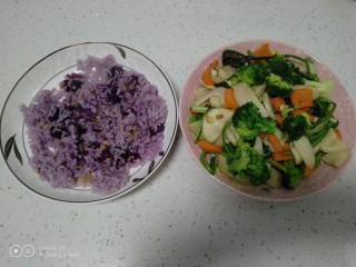 谷物薯饭+清炒杏鲍菇、西兰花、皮菜、胡萝卜