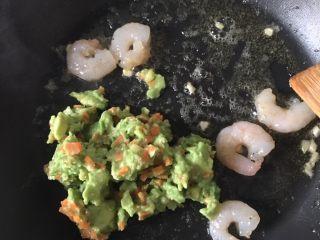 牛油果虾仁意面,🔟 倒入牛油果泥,翻炒,搅拌均匀。