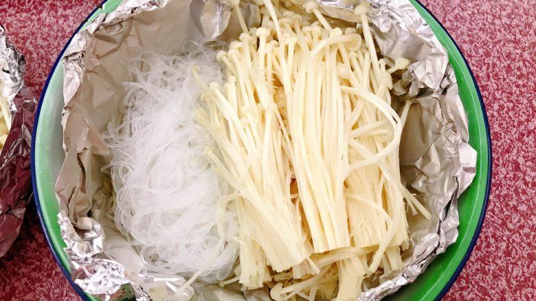 锡纸金针菇粉丝虾煲,放入金针菇。