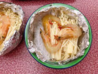 锡纸金针菇粉丝虾煲,放上鲜虾。