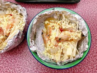 锡纸金针菇粉丝虾煲,撒上蒜蓉。