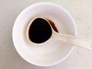 十味  密制酸辣凤爪,取一个大碗,加入2勺生抽