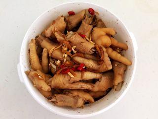 十味  密制酸辣凤爪,充分调匀,盖上盖子,放入冰箱冷藏2小时,每隔30分钟上下翻拌一次,这样可以使所有鸡爪都能入味