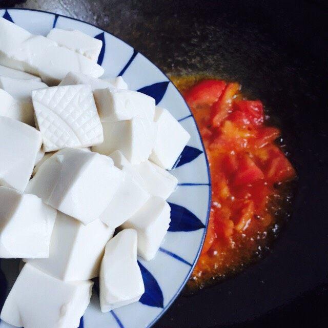 十味 西红柿烩豆腐,倒入嫩豆腐