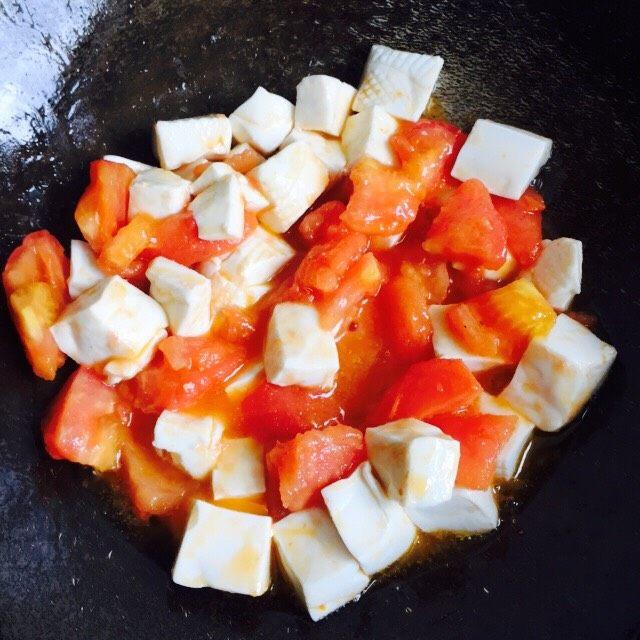 十味 西红柿烩豆腐,轻轻晃动炒锅