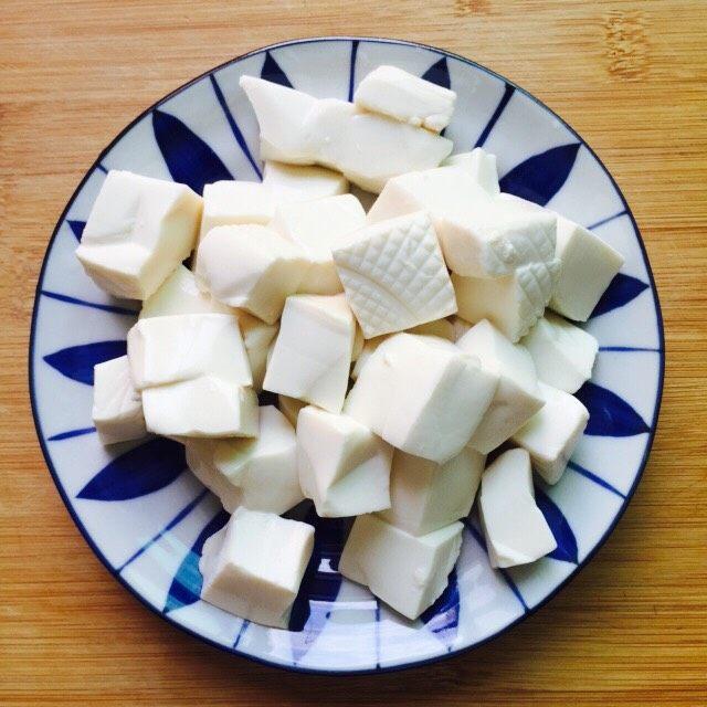 十味 西红柿烩豆腐,<a style='color:red;display:inline-block;' href='/shicai/ 5179'>嫩豆腐</a>清新一下沥干水分切片小块备用