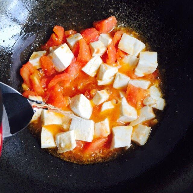 十味 西红柿烩豆腐,加入热水莫过豆腐,大火烧开并稍微收汁即可