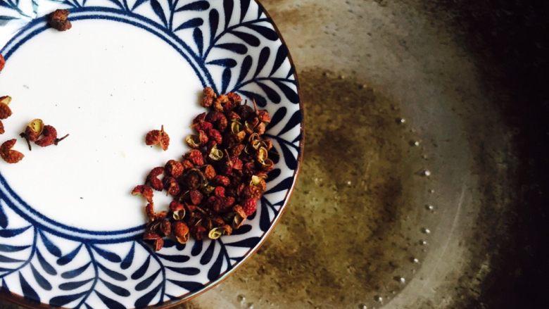 十味 五花肉炒茭白,炒锅中倒入食用油加热至5成热倒入花椒小火煸香