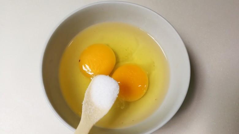 十味  葱香鸡蛋佛手瓜,鸡蛋打入碗中,放入半小勺盐