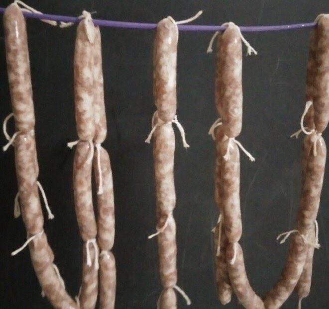 自制脆皮肠~好吃又放心,罐好后用棉绳分段扎紧,扎好绳子后挂在阴凉通风处晒至表皮略干爽摸着有皱里软即可(不需要晒太阳)。