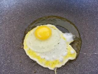 宝宝食谱~酸甜洋葱煎蛋,鸡蛋打入,开始煎