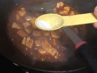 十味 家常豆瓣烧豆腐,加入盐和糖,搅拌均匀关火