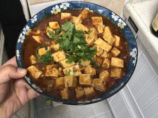 十味 家常豆瓣烧豆腐,撒上香菜,也可以是葱花或者蒜苗。每一种是一番滋味