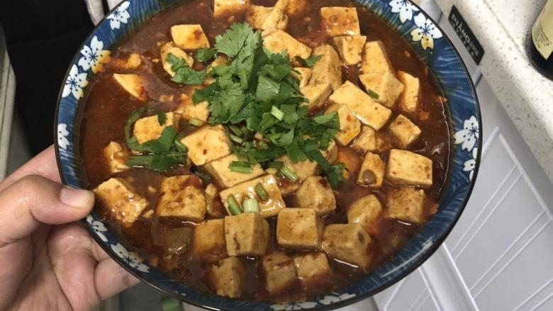 十味 家常豆瓣烧豆腐,撒上<a style='color:red;display:inline-block;' href='/shicai/ 131'>香菜</a>,也可以是葱花或者蒜苗。每一种是一番滋味