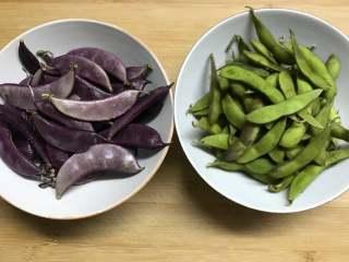 毛豆炒羊眼豆,准备好材料,这个羊眼豆是紫色的,和绿色的那种稍有些不同,荚的肉比绿色的厚点。