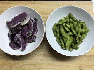 毛豆炒羊眼豆,把毛豆剪去尾部,羊眼豆撕去老的筋,分别清洗干净。