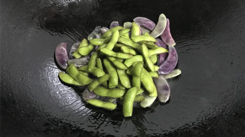 毛豆炒羊眼豆,然后把毛豆也放入锅中,一起翻炒均匀。
