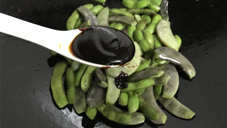 毛豆炒羊眼豆,和一勺的海鲜酱一起炒匀。