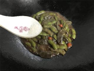 毛豆炒羊眼豆,煮至毛豆变酥,汤汁浓稠加适量的糖调味后即可熄火。