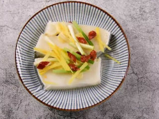鲜美多汁、入口即化的——清蒸鳕鱼,再将蒜片、姜丝、葱段、干辣椒,铺在鳕鱼表面