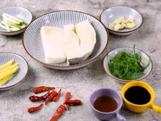 鲜美多汁、入口即化的——清蒸鳕鱼,·食材·    鳕鱼    200g、葱   15g、姜    10g  蒜    15g、干辣椒    15g  盐   1g、料酒    20g、蒸鱼豉油   20g