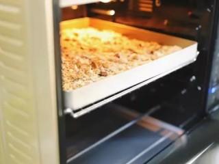 自制谷物麦片,烤箱150度先预热10分钟,预热好继续150度放中层上下火烤15分钟,中途拿出来翻拌一下再继续烤,这样能烤的更均匀