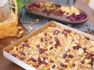 自制谷物麦片,15分钟后拿出来把水果干放进去拌匀再按刚才的温度烤6分钟,也可以不烤直接拌匀也可以