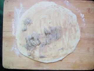 十味 芝麻酱烧饼,把芝麻酱、香油、盐、花椒粉混合拌匀成麻酱馅,将麻酱馅倒在面团上,用刮板刮一下,使麻酱馅均匀的涂抹在面团上