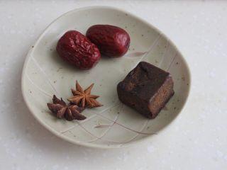 十味 红烧肉豆腐泡,另外还需要两个八角,两个红枣,一块红糖(约10克)。