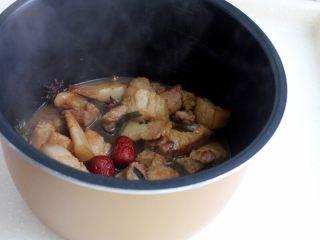 十味 红烧肉豆腐泡,大火煮开转小火,炖到肉酥烂,大约要用到45分钟吧。或者用电压锅,加压10分钟就足够了,记住这时将红枣放入一起炖。