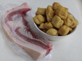 十味 红烧肉豆腐泡,备好五花肉和豆腐果(也叫豆腐泡)。