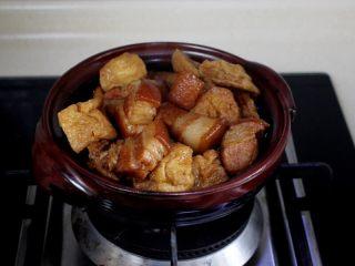 十味 红烧肉豆腐泡,如果想保温的话,盛到砂锅里,在炉上炖开哦。