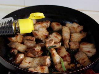 十味 红烧肉豆腐泡,炒到红糖融化,倒入酱油。