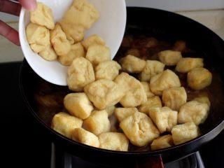 十味 红烧肉豆腐泡,这时将豆腐果放入锅中。